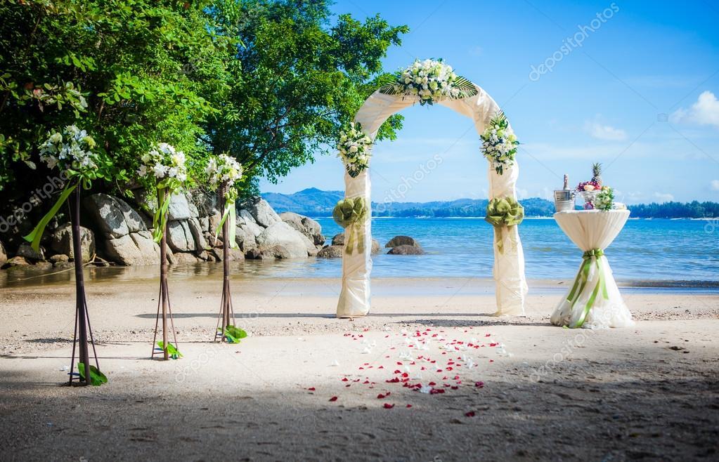 arc de style europ en de mariage c r monie exotique sur la plage tropicale photographie. Black Bedroom Furniture Sets. Home Design Ideas
