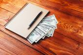 ноутбука и доллары — Стоковое фото