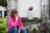 Woman at Cemetery — Stock Photo