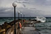 морской пирс и штормовые облака — Стоковое фото