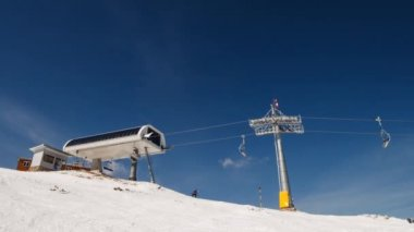 Chair lift for skiers — Stock Video