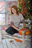 The girl with the pumpkin on the bench — Foto de Stock