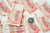 Yuan notes from China's currency. Chinese banknotes and compass — Stock Photo