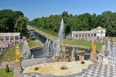 Cascade of fountains in Peterhof — Stock Photo