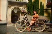 Ganska ung kvinna med cykel i parken — Stockfoto