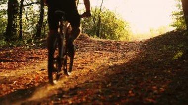 Młody człowiek rowerzystów do jazdy na rowerze — Wideo stockowe
