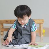 Portrait of cute boy writing — Stockfoto