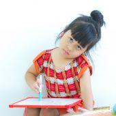 Garotas asiáticas estão escrevendo whiteboard com tristeza. — Fotografia Stock