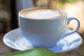 杯热腾腾的咖啡拿铁艺术 — 图库照片