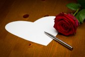 Valentine Love Heart Shaped Note With Pen And Rose — Stock Photo