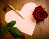 Valentine Love Heart Shaped Note With Pen And Rose — Стоковое фото