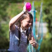 Teenage Girl Cools Down By Throwing Water Over Her Head — Stock Photo