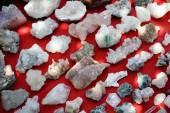 Grupo de gemstones raw coloridos naturais — Foto Stock