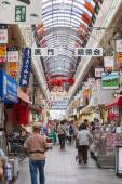 People shopping in the Kuromon Market in Osaka, Japan — 图库照片