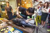 Cutting a giant tuna in Kuromon Market in Osaka, Japan — Foto de Stock