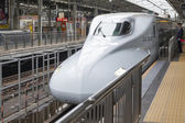 Trem-bala Shinkansen chegando numa estação de trem — Fotografia Stock