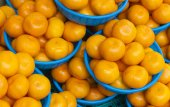 Oranges in baskets for sale in a food market — Stock Photo