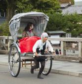 Tourist riding a rickshaw in Kyoto, Japan — Stockfoto