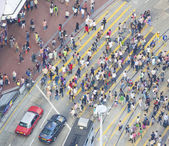 Commuters crossing a busy crosswalk Hong Kong — Stock Photo
