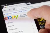 Browsing the ebay webpage on an ipad — Stock Photo