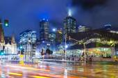 Modern buildings and busy traffic in downtown Melbourne — Stock Photo