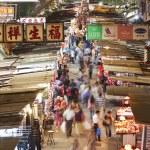 Vendors in a busy street at MongKok, Hong Kong — Stock Photo #73255463