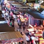 Vendors in a busy street at MongKok, Hong Kong — Stock Photo #76584931