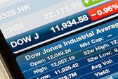 道琼斯工业平均指数上 iphone 股票应用程序 — 图库照片