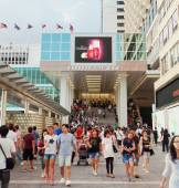 Shoppers outside Harbour City, a shopping mall in Hong Kong — Stock Photo