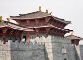 Pavilhões e antiga fortificação chinesa — Fotografia Stock