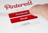 Logging in the Pinterest app — Stock Photo