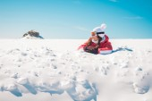 Young woman skier enjoying the snow sunbathing — Stock fotografie