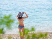 Summer girl with a hat at the beach — Stock Photo