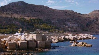 Mediterranean dock with green hill — ストックビデオ