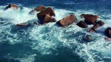 Sea waves crashing against stones — ストックビデオ