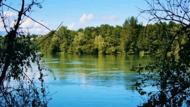 Small ferry crossing a river — Vídeo de stock