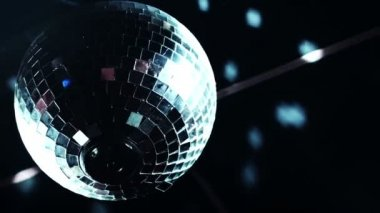 Disco mirrorball discoball spinning and reflecting light into a club venue — Stock Video