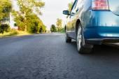 Auto op landweg — Stockfoto
