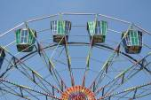 A colourful ferris wheel with blue sky background — Stockfoto