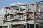 Construction worker fabricating beam timber formwork — Stock Photo