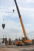 Mobile crane used to lifting heavy material at construction site — Stock Photo