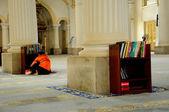 Chlapec čtení koránu v mešita sultan abu bakar státu v johor bharu, malajsie — Stock fotografie
