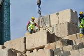 Byggnadsarbetare stapling underhålla lasten testa block på byggplatsen — Stockfoto