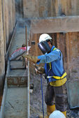 Welder strengthen the sheet pile cofferdam retaining wall — Stock Photo