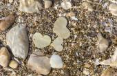 Three Metal Hearts Underwater. — Foto Stock