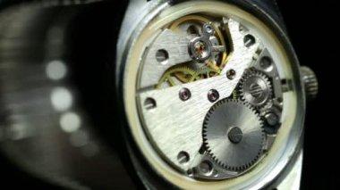 Mechanismus im Inneren eine alte Uhr. — Stockvideo