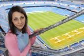 Мадрид, Испания - 18 сентября: Девочка на гастролях Santiago Бернабеу 18 сентября 2014 года в Мадриде, Испания. Стадион был построен в 1947 году, назван грязи Реал Мадрид президента Santiago Bernabeu — Стоковое фото