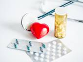 Heart with stethoscope and tablets packs — Stockfoto