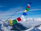 Prayer flag in front of peaks — Stock Photo