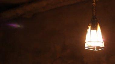 Dunklen Keller Lampe Schaukeln — Stockvideo